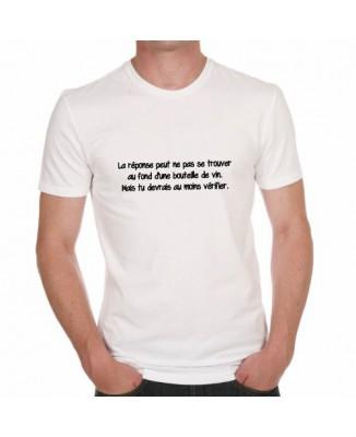 T-shirt La réponse peut ne pas se trouver au fond d'une bouteille de vin. Mais tu devrais au moins vérifier.