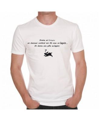 T-shirt Drame en... un chasseur confond son fils avec un lapin... Nom ville à personnaliser